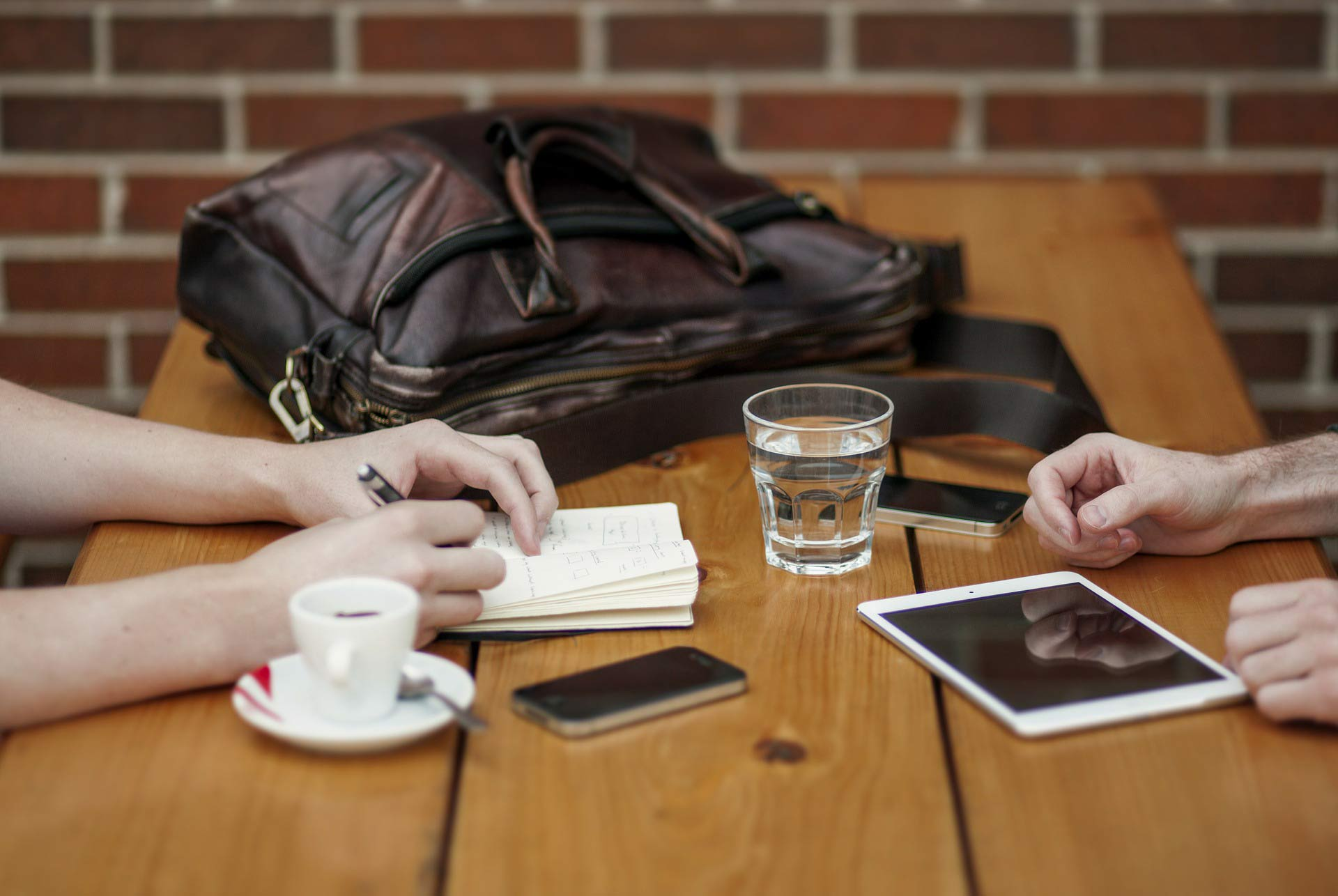 SEO agency meeting with client at coffee shop